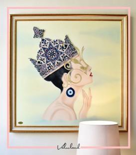 تابلو ملکه تاجدار زمینه کرم
