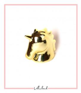 مجسمه سر اسب شاخدار طلایی بزرگ