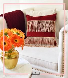 کوسن مخمل قرمز رنگ با ریشه ابریشمی طلایی