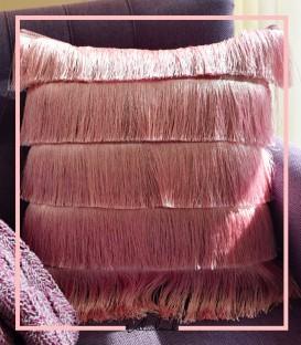 کوسن مخمل صورتی رنگ با ریش ابریشمی صورتی (فول ریش)