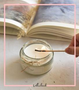 شمع شیشه ای سفید با عطر ملایم وانیل
